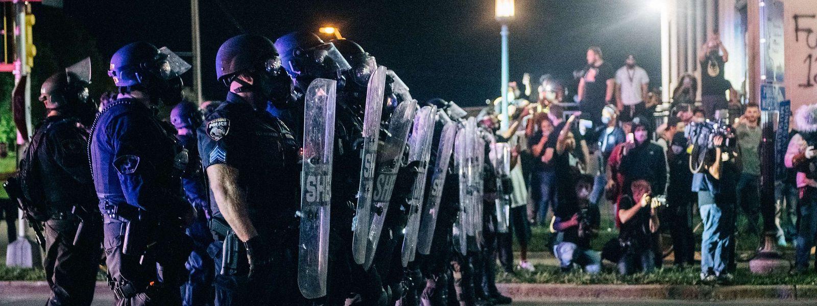 Konfrontation zwischen Demonstranten und Polizei in Kenosha.