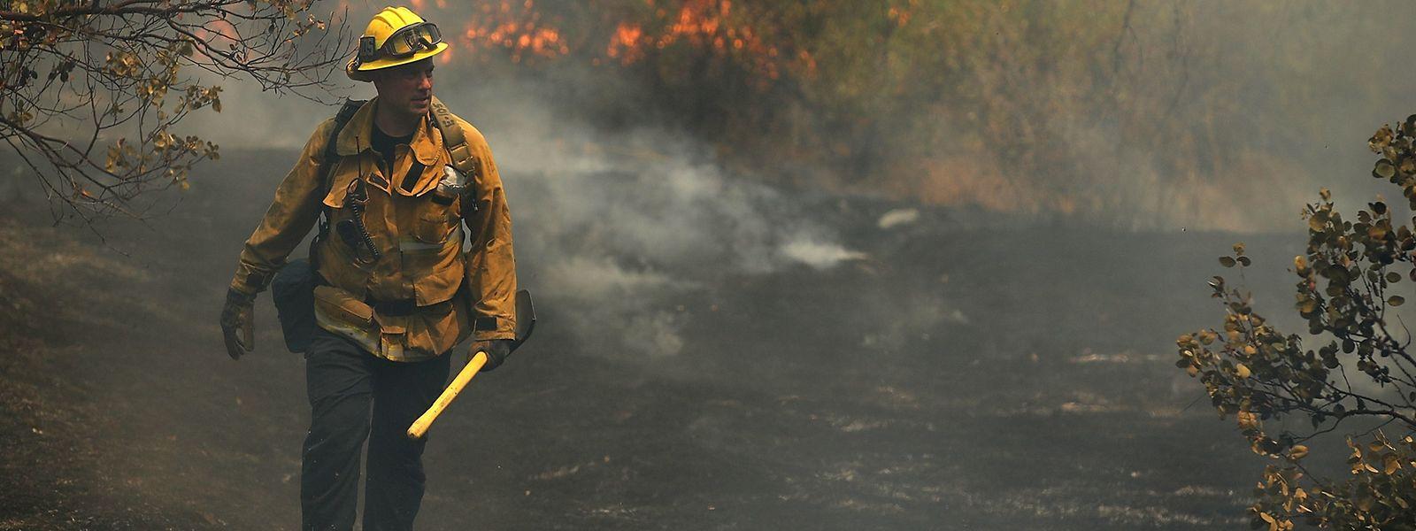 Un pompier de Los Angeles traversant une zone ravagée par l'incendie «Carr», le 29 juillet 2019.