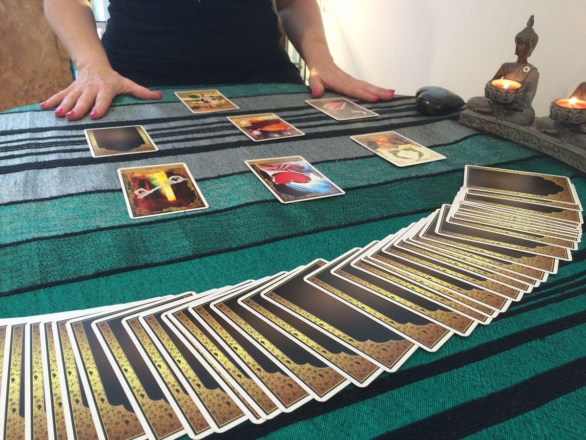 Blanche a des sortes de flash lorsque les personnes tirent les cartes devant elle.
