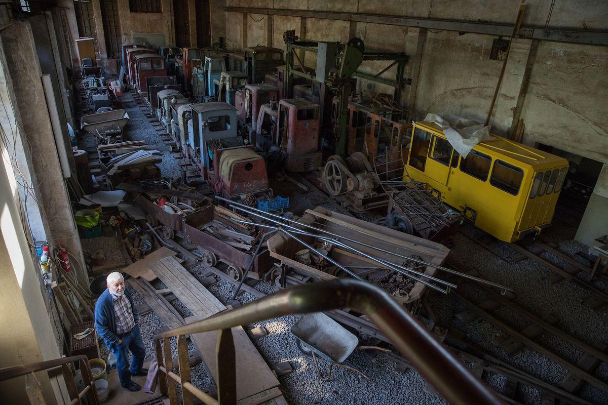 Fernand Banz bei seinen Lokomotiven.