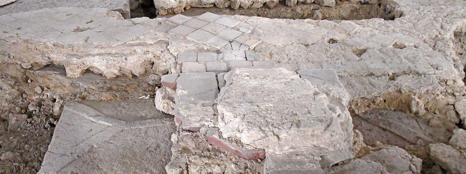 Bei Ausgrabungen in der evangelischen St. Johanniskirche in Mainz wurde ein Sarkophag entdeckt, der möglicherweise die Grablegung eines Bischofs war.