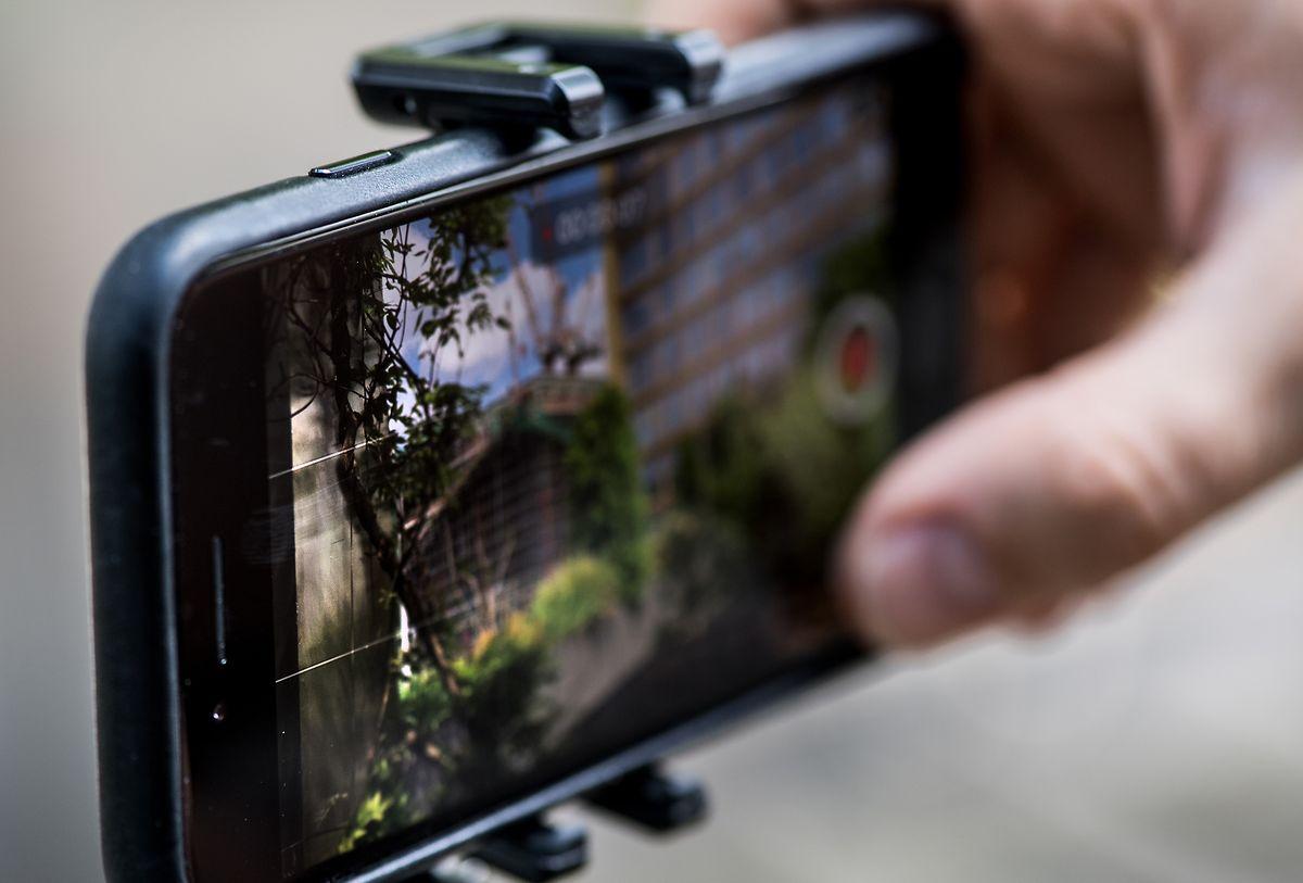 Da schiefe Grundlinien oder Häuser unschön aussehen, gibt es bei einigen Smartphones die Möglichkeit, über die Einstellungen Hilfslinien einzublenden.