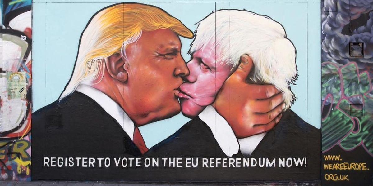 Donald Trump und Boris Johnson küssen sich auf einem Bild auf einer Mauer in Bristol. Das Graffiti ist von EU-Befürwortern als Warnung vor den Konsequenzen eines Austritts gedacht.