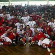 A equipa do Benfica de hoquei em patins festeja a sua vit�ria naTa�a de Portugal da modalidade ao vencer o Sporting por 3-0 no pavilh�o do Uni�o Desportiva Vilafranquense, 24 de maio de 2015 em Vila Franca de Xira. TIAGO PETINGA/LUSA