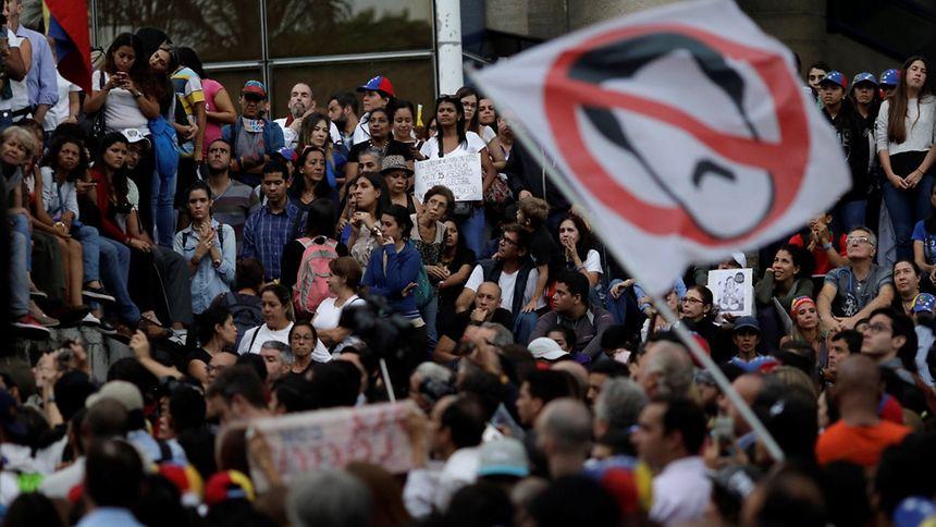 Militares se rebelam neste domingo no Norte da Venezuela, mas são rendidos
