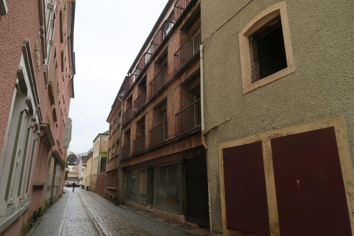 """Blick in die Gasse """"Devant le marché"""": Auch die beiden an das """"Hôtel-Restaurant"""" angebauten Gebäude werden abgetragen."""
