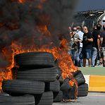 Operários da Nissan cortam estrada em Barcelona com pneus a arder
