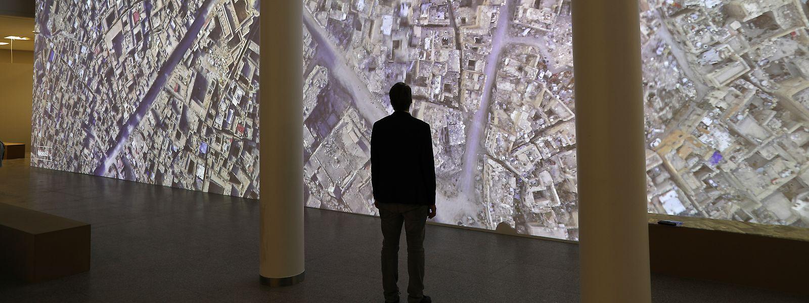 Krieg wird auf einmal anschaulich: Mittendrin im zerstörten Mossul steht der Besucher einer Ausstellung, die noch bis zum 3. November in der Bundeskunsthalle in Bonn zu sehen ist. Diese virtuelle Reise durch die Orte, die zum Unesco-Weltkulturerbe zählen, sollen nachvollziehbar machen, welche verheerende Folgen der Krieg auch auf kultureller Ebene hat.