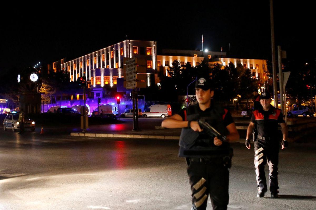 Ein Polizist in der Nähe des türkischen Hauptquartiers.