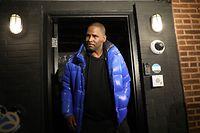 22.02.2019, USA, Chicago: R&B-Sänger R. Kelly tritt aus seinem Chicagoer Studio hervor. Der Sänger stellte sich noch am Freitagabend den Behörden in Chicago. Nach Vorwürfen über zwei Jahrzehnte gegen R. Kelly ist der berühmte R&B-Sänger wegen sexuellen Missbrauchs in zehn Fällen angeklagt worden. Die Fälle stammen aus den Jahren 1998 bis 2010 und drehen sich um vier teils minderjährige Opfer. Foto: Abel Uribe/Chicago Tribune/dpa +++ dpa-Bildfunk +++