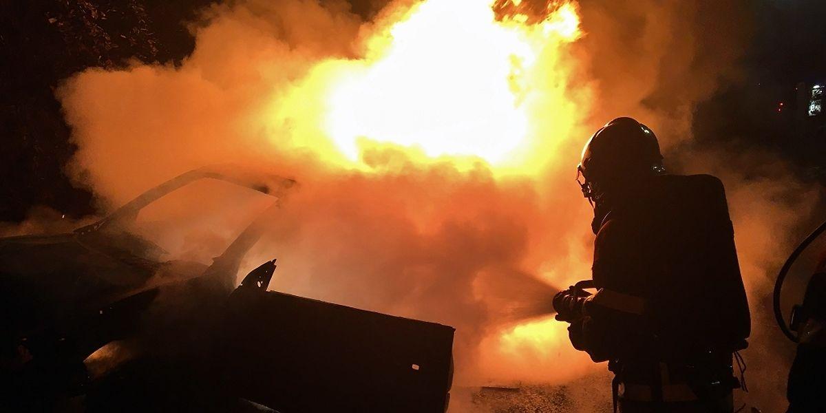Ein Fahrzeug stand am Donnerstagabend in Flammen - es brannte komplett aus.