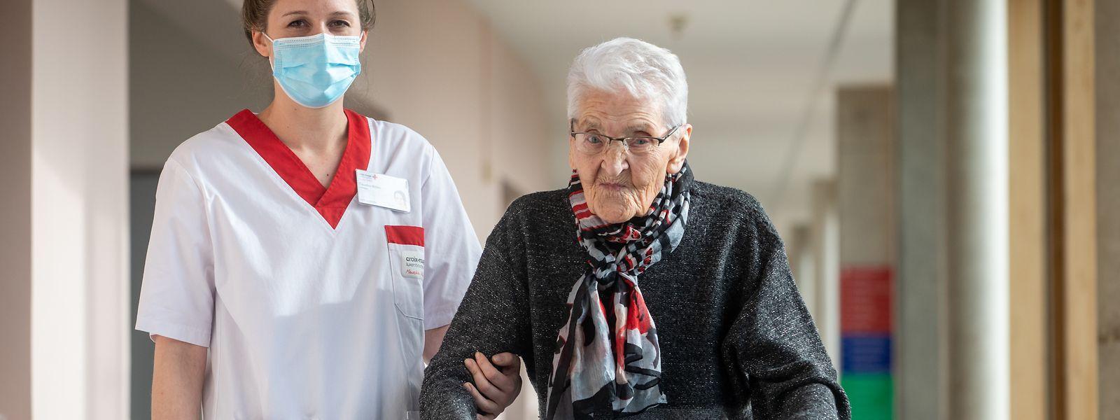 Die 100-jährige Fina Steffes mit Altenpflegerin Claudine Millen. Die Seniorin hatte keinerlei Beschwerden durch die Impfung.