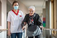Lokales,100-Jährige gegen Corona geimpft-Mme Steffen.CIPA Junglinster,hier mit Pflegerin Claudine Millen. Foto: Gerry Huberty/Luxemburger Wort