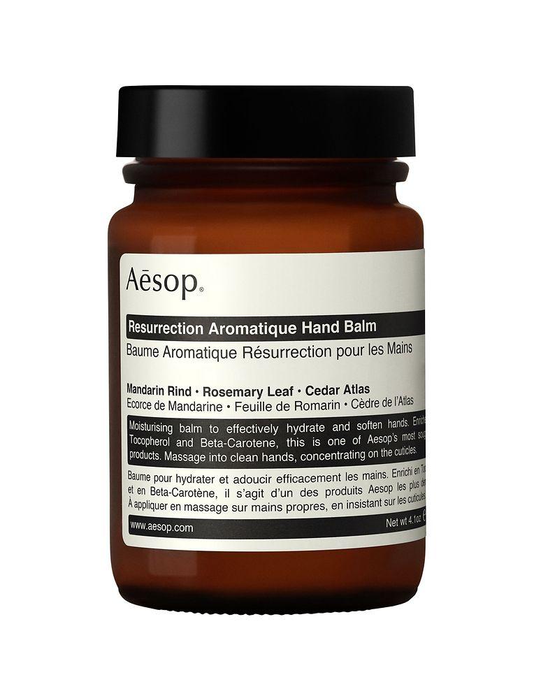 Sorgt für samtweiche Hände: Balsam mit dem Besten aus Bergamotteschalen, Rosmarinblättern und Atlaszeder von Aesop (120 ml um 29 Euro).