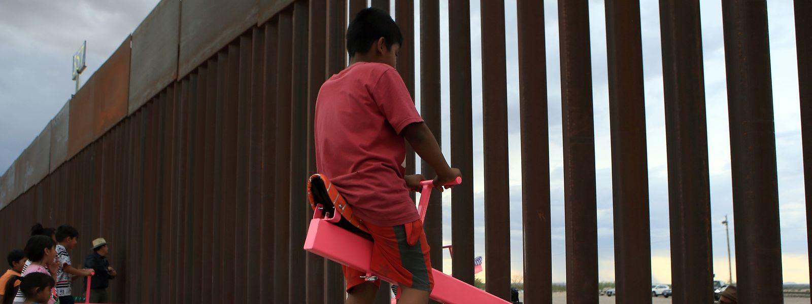 Die Installation will zeigen, dass Aktionen auf der einen Seite der Mauer Auswirkungen auf die gegenüberliegende Seite haben.