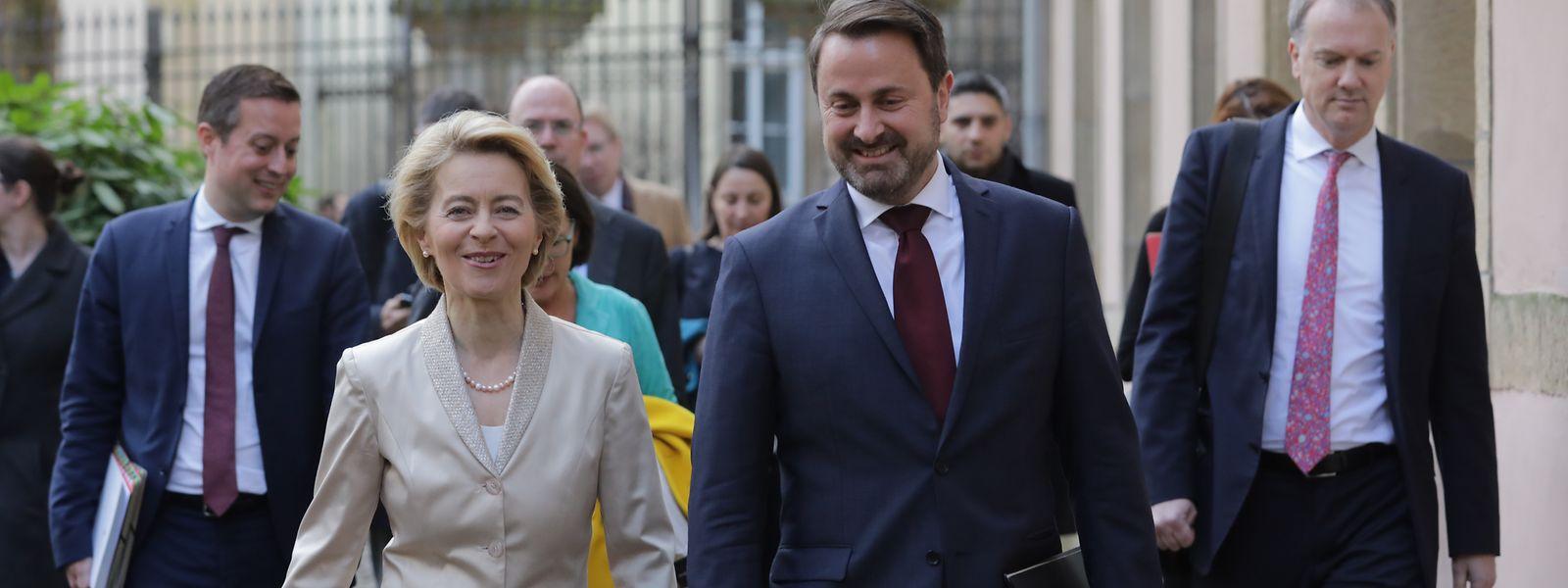 EU-Kommissionspräsidentin Ursula von der Leyen und Premierminister Xavier Bettel auf dem Weg zur gemeinsamen Pressekonferenz.