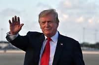 US President Donald Trump waves upon arrival at Palm Beach International airport, Florida on April 18, 2019. (Photo by Nicholas Kamm / AFP)