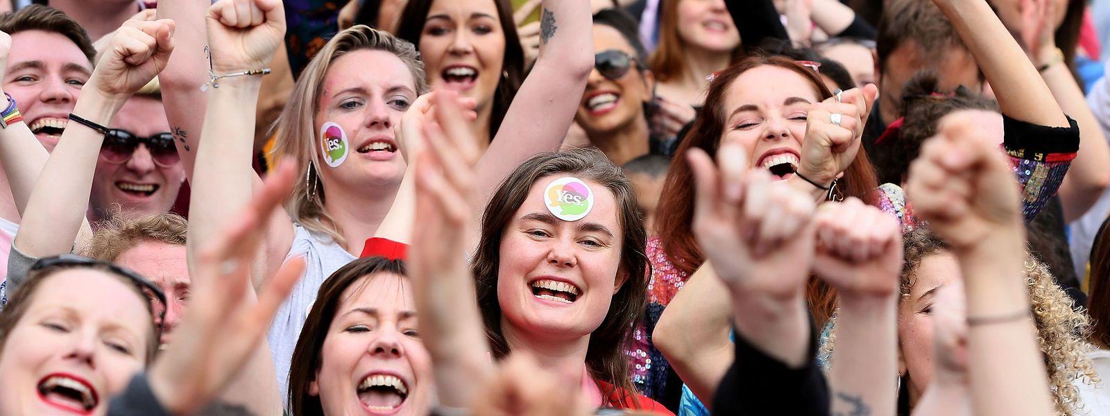 Die Iren hatten am Freitag mit Zwei-Drittel-Mehrheit für eine Verfassungsänderung gestimmt, die es dem Parlament erlaubt, Regelungen für eine legale Abtreibung zu schaffen.