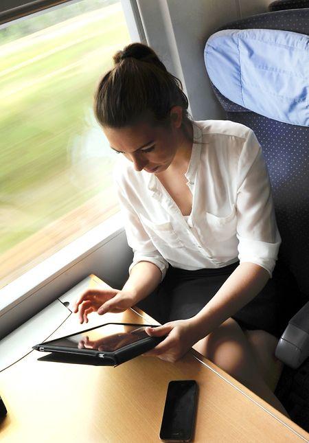 Ob Filme schauen, Musik hören oder Lesen: Tablets bieten für unterwegs viele Möglichkeiten zum Zeitvertreib.