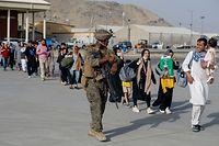 18.08.2021, Afghanistan, Kabul: US-Marines, die der 24th Marine Expeditionary Unit zugeteilt sind, eskortieren Evakuierte während einer Evakuierung am Hamid Karzai International Airport. Die US-Soldaten unterstützen das Außenministerium bei einem geordneten Abzug des vorgesehenen Personals in Afghanistan. Foto: U.S. Marines/ZUMA Press Wire Service/dpa +++ dpa-Bildfunk +++