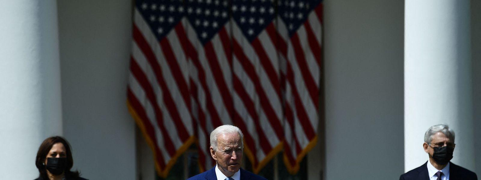 US-Präsident Joe Biden (Mitte) und Vizepräsidentin Kamala Harris sowie Generalstaatsanwalt Merrick Garland stellen ihre Pläne zum Kampf gegen Waffengewalt vor.