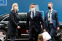 Luxembourg's Prime Minister Xavier Bettel (C) walks with officials as he arrives on the first day of a European Union (EU) summit at The European Council Building in Brussels on June 24, 2021. (Photo by JOHANNA GERON / POOL / AFP)