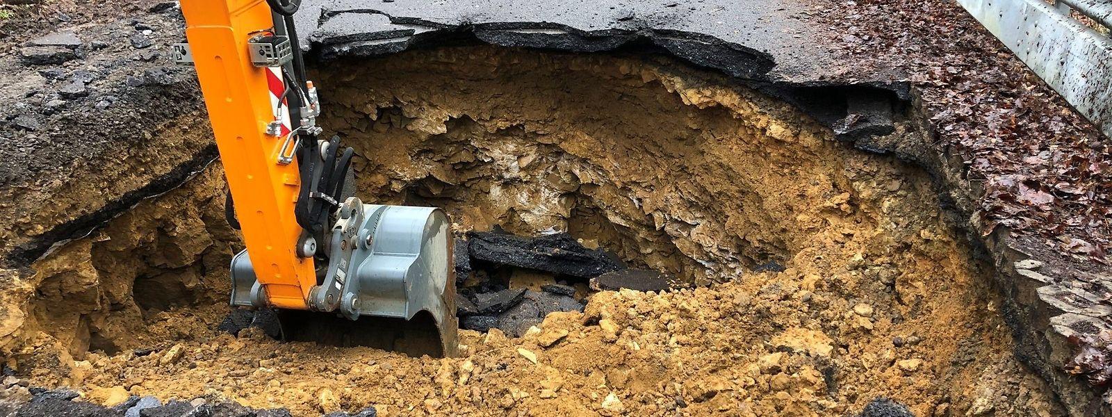 Unter dem Straßenbelag hat sich der Boden gesenkt.