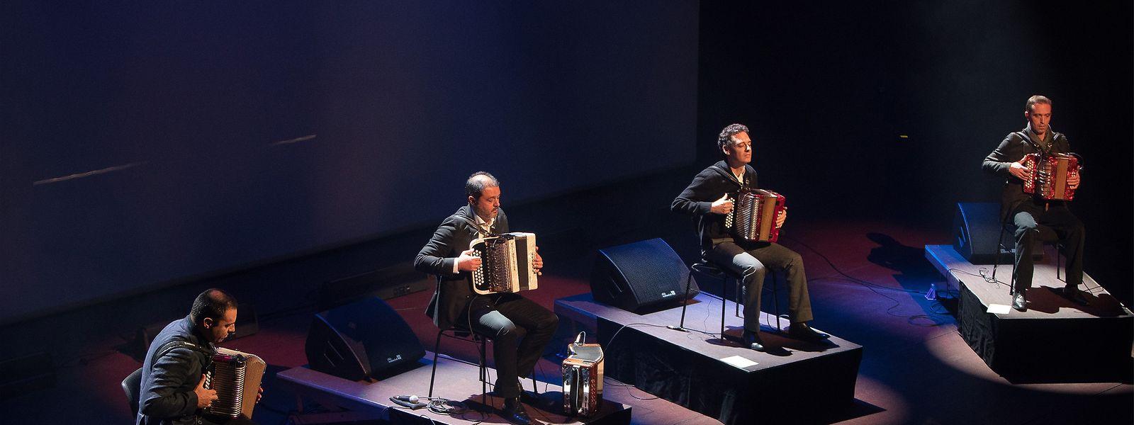 """Die Musiker des portugiesischen Quartetts """"Danças Ocultas"""" bieten rund 700 Besuchern eine etwas andere Mittagspause."""