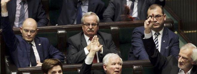 """Polens Premierministerin Beata Szydlo (unten links) und der Vorsitzende der Regierungspartei """"Recht und Gerechtigkeit"""", Jaroslaw Kaczynski (unten Mitte), zeigen sich bisher noch unbeeindruckt von der Kritik aus dem In- und Ausland."""