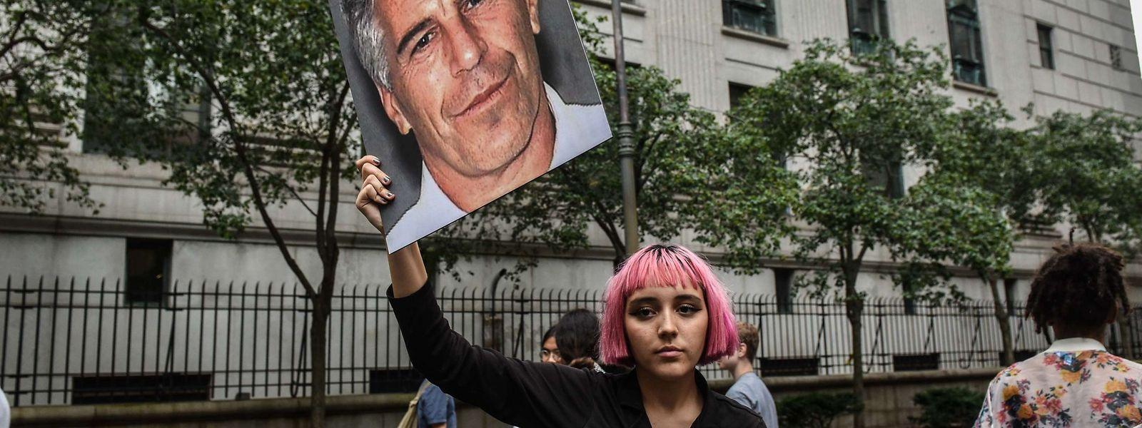 Während Epsteins Untersuchungshaft protestierten immer wieder Bürger vor dem Gerichtsgebäude und forderten Aufklärung.