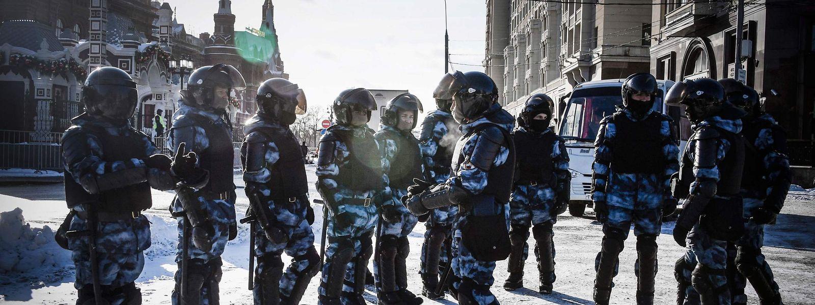Russische Sicherheitskräfte patrouillierten am Sonntag in Moskau, um Demonstrationen für den inhaftierten Oppositionspolitiker Alexej Nawalny in Schach zu halten.