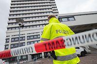 26.03.2019, Rheinland-Pfalz, Kaiserslautern: Das Rathaus in Kaiserslautern ist von der Polizei weiträumig abgesperrt. Nach einer Drohmail wurde es am Morgen geräumt. Foto: Oliver Dietze/dpa +++ dpa-Bildfunk +++