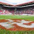 ARCHIV - 02.04.2017, Rheinland-Pfalz, Kaiserslautern: Fußball: 2. Bundesliga, 1. FC Kaiserslautern - Eintracht Braunschweig, 26. Spieltag, im Fritz-Walter-Stadion. Ein Logo des 1. FC Kaiserslautern ist auf Spielfeld vor der Tribüne zu sehen. (zu dpa: «1. FCKaiserslautern hofft weiter auf Investor - Beirat positiv») Foto: Uwe Anspach/dpa +++ dpa-Bildfunk +++