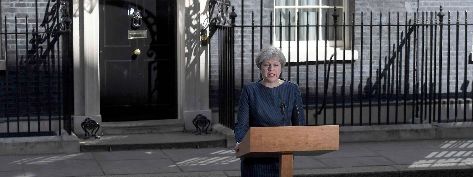 Theresa May bei ihrer Ankündigung vor Downing Street Nummer 10.