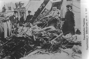 Abgeschossenes Flugzeug in Differdingen 1917: Den Tweets sind immer digitale Zeitdokumente beigefügt.