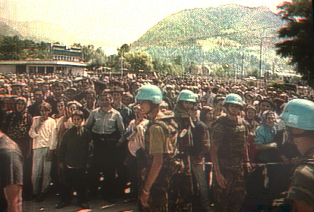 Der Screenshot vom niederländischen Fernsehen zeigt holländische UN-Soldaten am 11. Juli 1995 in Potocari, Bosnien-Herzegowina, vor hunderten von moslemischen Zivilisten, die aus dem nahegelegenen Srebrenica vor serbischem Terror geflüchtet waren. Im bosnischen Srebrenica ermordeten im Juli 1995 bosnisch-serbische Truppen rund 8000 Männer und Jungen. Unter Leitung von General Mladic hatten die Serben die damalige UN-Schutzone am 11. Juli 1995 eingenommen. Die niederländischen Blauhelme Dutchbat hatten den Angreifern die Enklave kampflos überlassen.