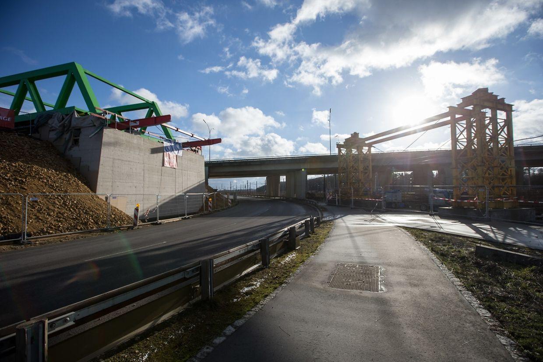 Die neue Brücke wird in einer ersten Phase auf provisorische Pfeiler aufgestützt.