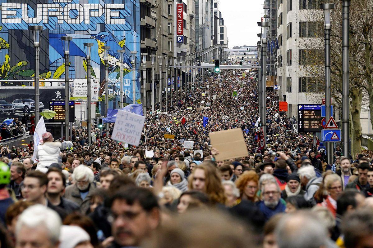 Am Wochenende sind in Berlin, Köln und Brüssel Tausende Menschen für eine Energiewende auf die Straße gegangen, um für eine bessere Klimapolitik zu demonstrieren. Anbei ein Foto aus Brüssel.