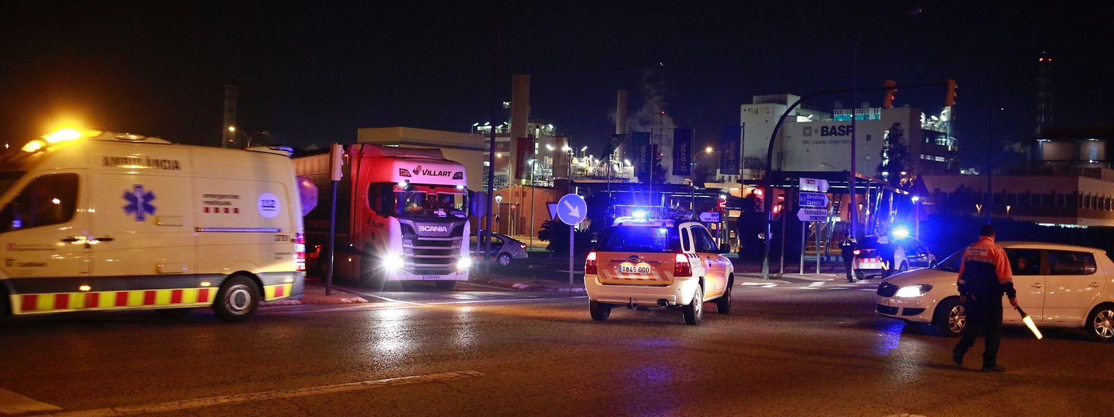 Rettungseinheiten arbeiten nahe dem Gelände, an dem ein Mensch starb und weitere durch eine größere Explosion in einem Chemiepark verletzt wurden.