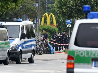 Police officers secure the area around a McDonald restaurant near the shopping mall Olympia Einkaufzentrum OEZ in Munich on July 23, 2016, a day after a gunman went on a shooting rampage, killing eight people in a suspected terror attack.  The southern city was in lockdown after the shootings, which saw panicked shoppers fleeing the Olympia mall as armed anti-terror police roamed the streets in search of assailant.  / AFP PHOTO / Christof Stache