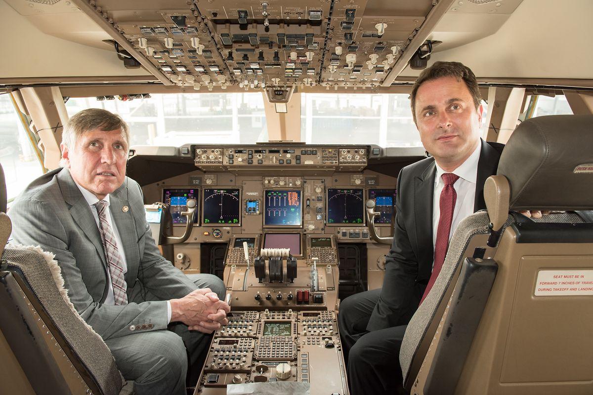 """Minister François Bausch und Premier Xavier Bettel an Bord der Cargolux Boeing 747-8F """"City of Zhengzhou""""."""