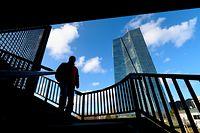 ARCHIV - 20.01.2020, Hessen, Frankfurt/Main: Nur als Silhouette zu erkennen ist ein Mann, der an der Europäischen Zentralbank (EZB) vorbei geht. Die Europäische Zentralbank schickt ihre Belegschaft wegen des Coronavirus testweise ins Homeoffice. Die meisten Beschäftigten arbeiteten am 09.03.2020 von zu Hause aus, sagte ein EZB-Sprecher. Foto: Boris Roessler/dpa +++ dpa-Bildfunk +++