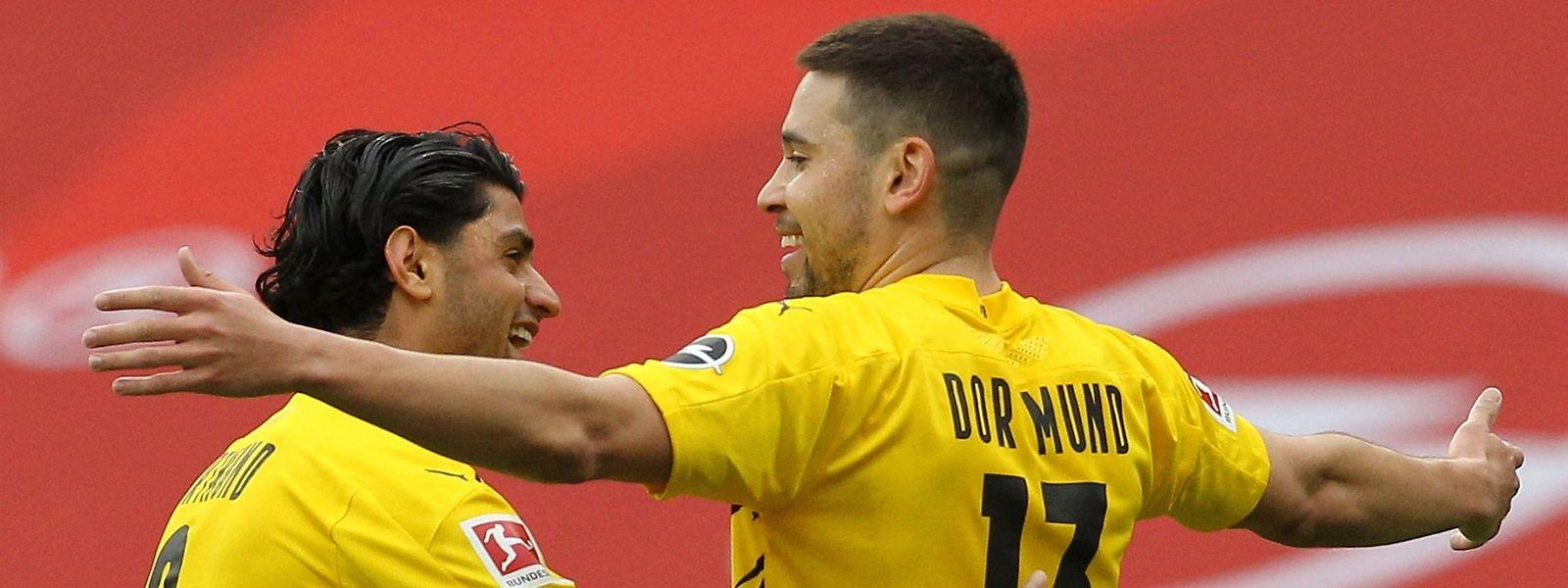 Raphael Guerreiro bringt Dortmund in Mainz auf die Siegerstraße, hier jubelt er mit Mahmoud Dahoud (l.).