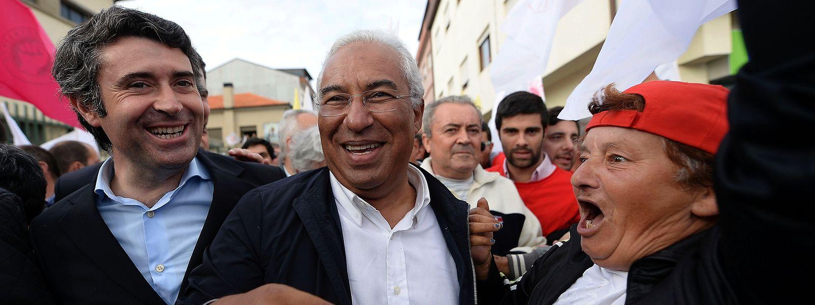 O secretário-geral do Partido Socialista, António Costa (D) acompanhado de José Luís Carneiro (E)  numa arruada de pré campanha para as eleições legislativas 2015, realizada na Afurada em Vila Nova de Gaia