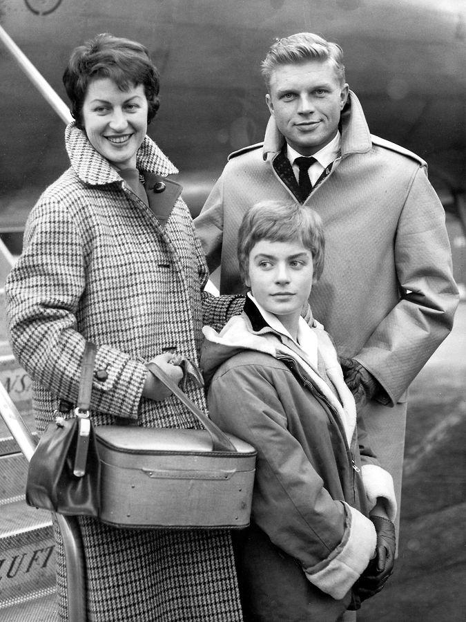 """Hardy Krüger, seine erste Frau Renate Densow und ihre gemeinsame Tochter Christiane kommen im Jahre 1957 auf dem Londoner Flughafen zur Premiere von """"Einer kam durch"""" an."""