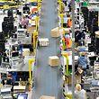 Blick in eine Halle des Online-Versandhandels Amazon.
