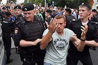 Opposition leader Alexei Navalny is detained by Russian police officers during a march to protest against the alleged impunity of law enforcement agencies in central Moscow on June 12, 2019. - More than 50 people including opposition leader Alexei Navalny were detained as police sought to break up a peaceful Moscow rally against the alleged impunity of law enforcement agencies. The unsanctioned rally was initially called to press for the freedom of investigative journalist Ivan Golunov who was last week arrested on trumped-up drugs charges but released on the eve of the march. (Photo by Vasily MAXIMOV / AFP)