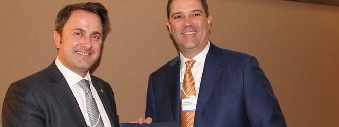 O primeiro-ministro do Luxemburgo, Xavier Bettel, e o diretor-executivo da multinacional tecnológica Cisco, Chuck Robbins.