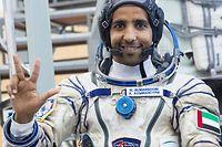 ARCHIV - 30.08.2019, Russland, Swjosdny Gorodok: Hassa al-Mansuri, Astronaut der Vereinigten Arabischen Emirate, winkt im Juri-Gagarin-Trainingszentrum. Zusammen mit zwei weiteren Astronauten startet er am 25. September 2019 vom Kosmodrom in Baikonur seinen Raumflug zur Internationalen Raumstation (ISS). Foto: Pavel Golovkin/AP/dpa +++ dpa-Bildfunk +++