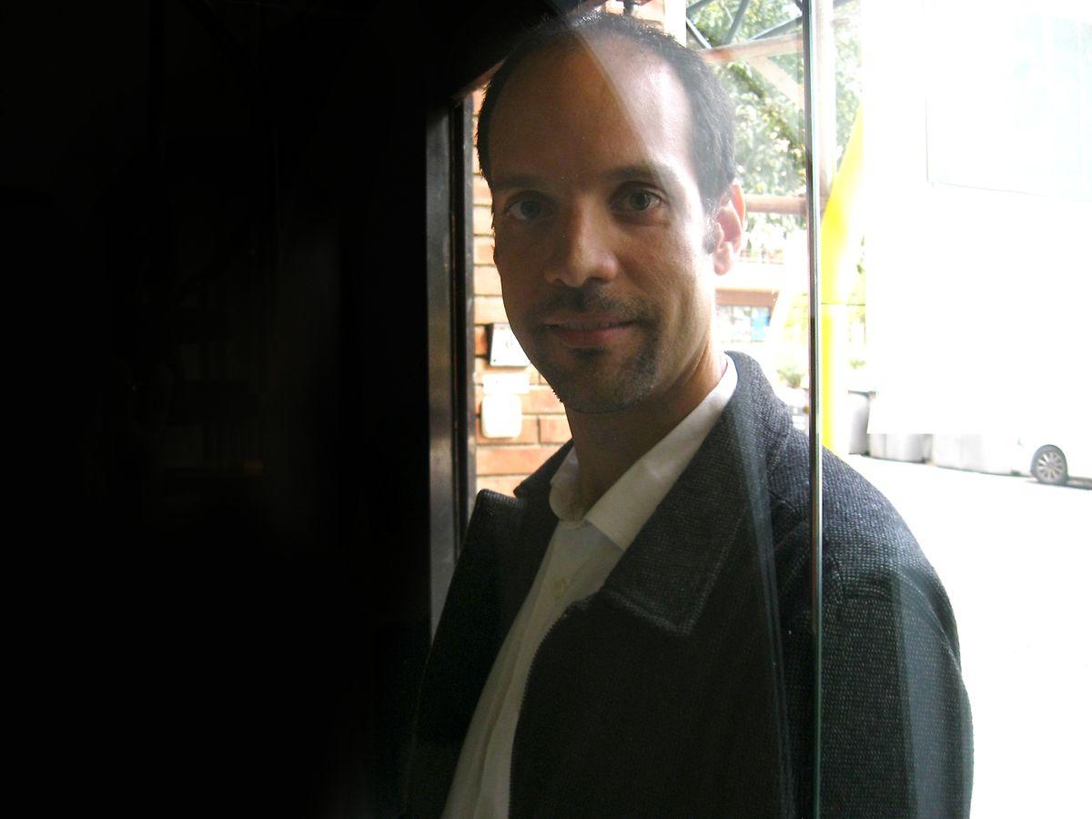Adrian Alsina Catunha é filho de mãe portuguesa e pai catalão. Trabalhou no Brasil e é responsável de comunicação do maior movimento independentista catalão.